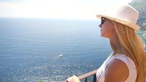 Молодая женщина путешествуя в острове Капри акции видеоматериалы