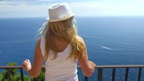 Молодая женщина путешествуя в острове Капри видеоматериал