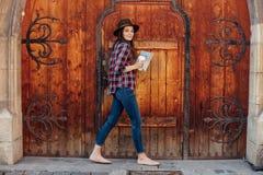 Молодая женщина путешествуя самостоятельно Стоковое фото RF