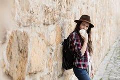Молодая женщина путешествуя самостоятельно Стоковые Изображения RF