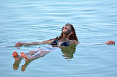Молодая женщина плавая на мертвое море, Израиль Стоковые Изображения RF