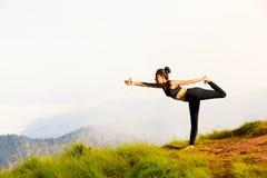 Молодая женщина работает йогу стоковая фотография rf