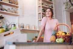 Молодая женщина работая на баре сока Стоковое Фото