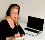 Молодая женщина работая на компьютере Стоковые Изображения