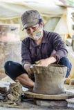 Молодая женщина работая на мастерской гончарни Стоковая Фотография RF