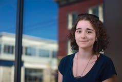 Молодая женщина работая на офисе или клиенте Стоковое фото RF