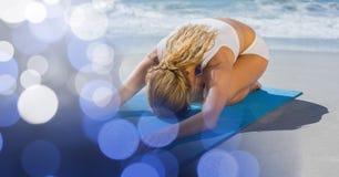 Молодая женщина работая на пляже с bokeh в переднем плане стоковые изображения rf