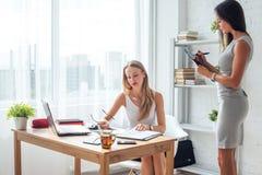 Молодая женщина 2 работая совместно в офисе Стоковое Изображение
