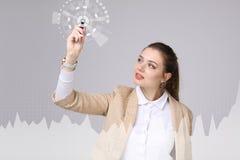 Молодая женщина работая с диаграммой диаграммы Будущие технологии для дела, концепции фондовой биржи Стоковые Изображения