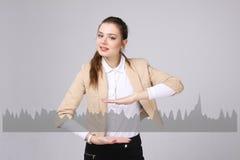 Молодая женщина работая с диаграммой диаграммы Будущие технологии для дела, концепции фондовой биржи Стоковое фото RF