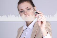 Молодая женщина работая с диаграммой диаграммы Будущие технологии для дела, концепции фондовой биржи Стоковая Фотография RF