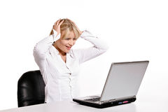 Молодая женщина работая с компьтер-книжкой Стоковые Изображения RF