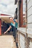Молодая женщина развевая на железнодорожном вокзале Стоковое фото RF