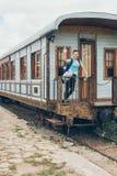 Молодая женщина развевая на железнодорожном вокзале Стоковая Фотография