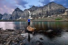 Молодая женщина размышляя озером в долине 10 пиков Стоковые Фотографии RF