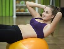 Молодая женщина разрабатывая на шарике фитнеса Стоковое Изображение