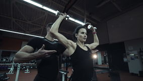 Молодая женщина разрабатывая поднимаясь весы акции видеоматериалы