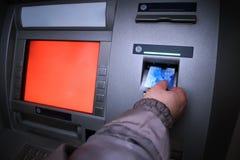Молодая женщина разделяя деньги от кредитной карточки на ATM Стоковое фото RF