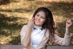 Молодая женщина распологая на стенд Стоковая Фотография