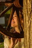 Молодая женщина рядом с традиционным колодцем Стоковые Изображения RF
