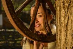 Молодая женщина рядом с традиционным колодцем Стоковые Фото