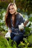 Молодая женщина садовника работая в ей твердеет Стоковые Изображения RF