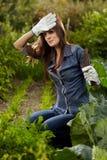 Молодая женщина садовника работая в ей твердеет Стоковые Фотографии RF
