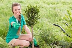Молодая женщина садовничая для общины стоковая фотография rf