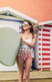 Молодая женщина серфера с удерживанием верхней части и бикини Стоковые Фотографии RF