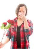 Молодая женщина сжимает ее нос с держать подняла Стоковые Изображения