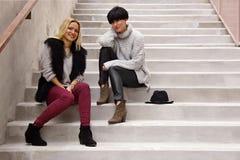 Молодая женщина сидит на лестнице Стоковая Фотография