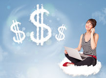 Молодая женщина сидя на облаке рядом с знаками доллара облака Стоковые Изображения RF