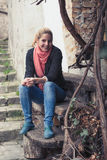 Молодая женщина сидя на стенде Стоковое Изображение RF