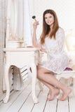Молодая женщина сидя на таблице шлихты Стоковое фото RF