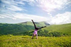 Молодая женщина скача в горы стоковые фотографии rf