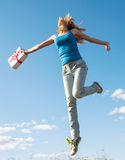 Молодая женщина скачет с настоящим моментом Стоковые Фотографии RF