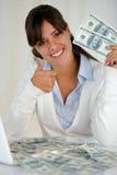 Молодая женщина смотря вас держа доллары наличных денег Стоковое Фото