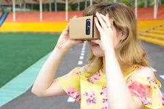 Молодая женщина смотря в стекла виртуальной реальности Стоковая Фотография