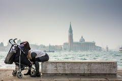Молодая женщина смотря ее младенца стоковые изображения