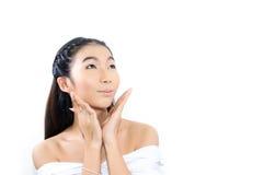Молодая женщина смотря естественный и ясный Стоковое Изображение RF