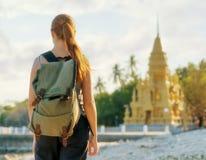 Молодая женщина смотря золотую пагоду. Hiking на Азии стоковая фотография rf