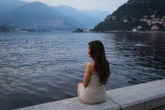 Молодая женщина смотря красивый вид Стоковое Изображение RF