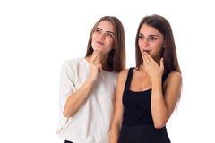 Молодая женщина 2 смотря на что-то Стоковые Изображения RF