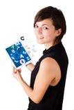 Молодая женщина смотря современную таблетку с алфавитом Стоковые Фото