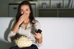 Молодая женщина смотря ТВ стоковое изображение rf