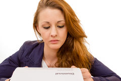 Молодая женщина смотря уныла была увольняна от ее работы Стоковые Изображения
