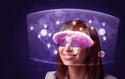 Молодая женщина смотря футуристическую социальную карту сети Стоковая Фотография RF