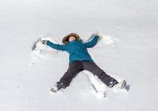 Молодая женщина, создавая снежную диаграмму ангела Стоковое Изображение RF