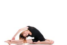 Молодая женщина спорта делая тренировку изолированную на белизне стоковые изображения rf