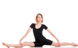 Молодая женщина спорта делая тренировку изолированную на белизне стоковая фотография
